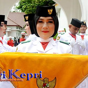 "Dini, Paskibraka Pembawa Baki Penaikan Bendera Merah Putih ""PROVINSI KEPRI"" 7"