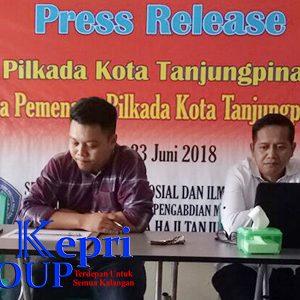 Ketua Tim Survei, Suyito S.Sos M.Si (baju putih) didampingi Sekretaris P3M Stisipol Raja Haji, Syahril S.Sos MPM (baju kotak-kotak)
