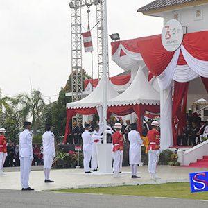 Tiang Bendera di Halaman Gedung Daerah yang miring ke arah Gubernur Kepri Nurdin Basirun