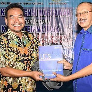Bupati Natuna, H Abdul Hamid Rizal, menerima cindramata dari Tim Penguji UKW Angkatan pertama Natuna