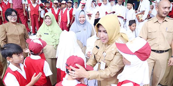 Rahma Jadi Pembina Upacara di SDN 006 Bukit Bestari 1