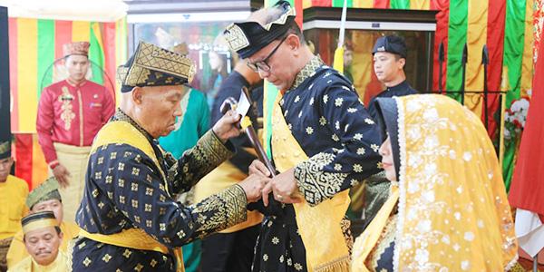 LAM Tanjungpinang Beri Gelar Adat Kepada Syahrul dan Rahma 1