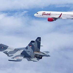 Pesawat Sukhoi 30 mengawal Pesawat Batik Air