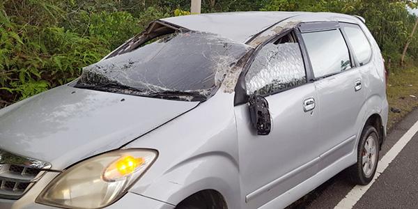 Mobil Avanza Tanpa Penghuni Ringsek di Tepi Jalan 2