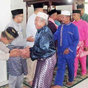 Sekda Natuna, Wan Siswandi, bersalaman bersama warga dan jamaah Masjid Besar Syamaratul Infaq
