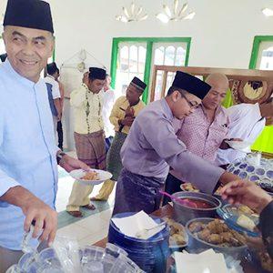 Sekda Natuna, Wan Siswandi, makan bersama warga dan jamaah Masjid Besar Syamaratul Infaq