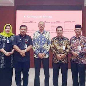Bupati Natuna, H Abdul Hamid Rizal bersama Staf Ahli Bidang Pemerintahan Kemendagri, Suhajar Diantoro