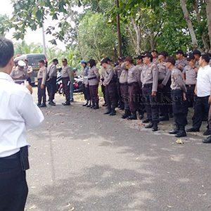 Para aparat Kepolisian turut berjaga-jaga