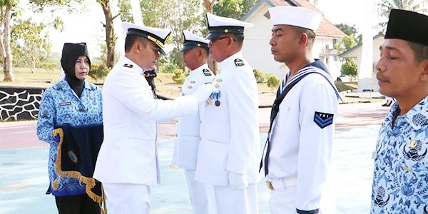 Danlanal Dabo Pimpin Upacara HUT Ke 74 TNI Angkatan Laut 1