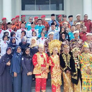 Bupati Natuna, H Abdul Hamid Rizal, bersama peserta upacara dan para Pemuda Kabupaten Natuna