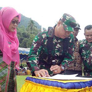 Dandim 0318 Natuna, Letkol Czi Ferry Kriswardana, menandatangani Berita Acara serah terima hasil pekerjaan fisik kepada Wakil Bupati Natuna, Hj Ngesti Yuni Suprapti