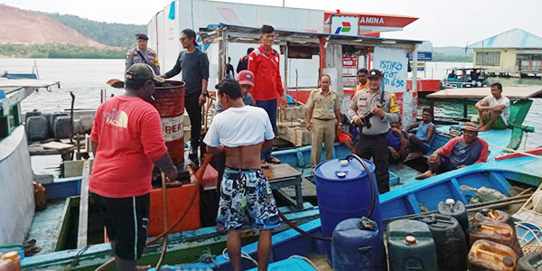Polsek Tambelan Ikut Awasi Penyaluran BBM Nelayan 1