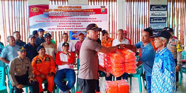 Dua Kelompok Nelayan Terima Bantuan Life Jacket