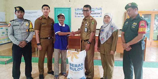 Sekda Salurkan Bantuan CPP Kepada Warga Bunguran Timur 2