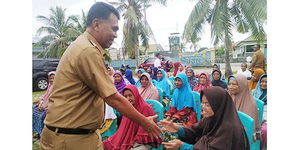 Sekda Salurkan Bantuan CPP Kepada Warga Bunguran Timur 1