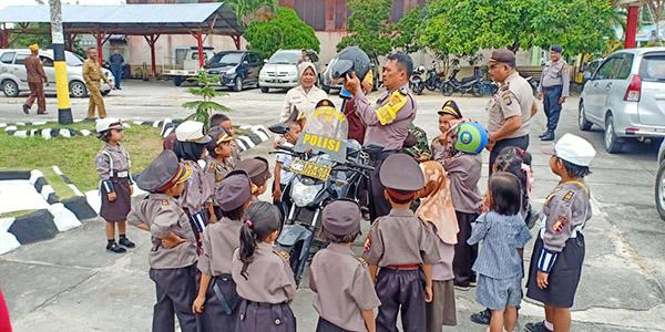 Pak Polisi Jelaskan Aturan Lalu Lintas ke Siswa TK