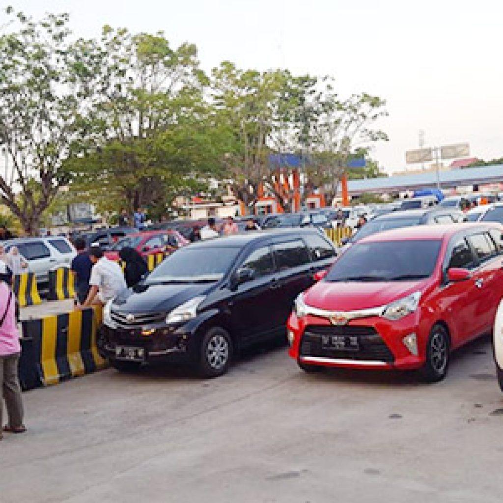 Ratusan Kendaraan Antri di Pelabunan RoRo Tanjung Uban 1