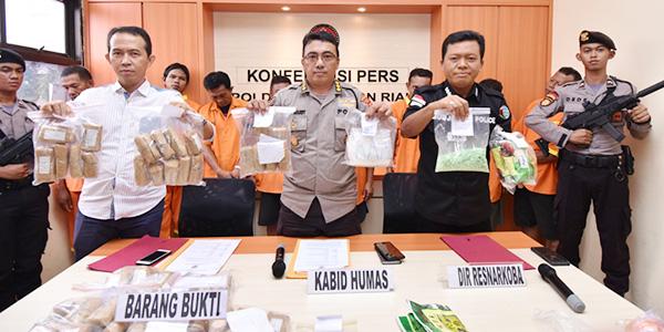 Hendak Masukkan 952 Butir Pil Ekstasi, Dua Warga Malaysia Diamankan