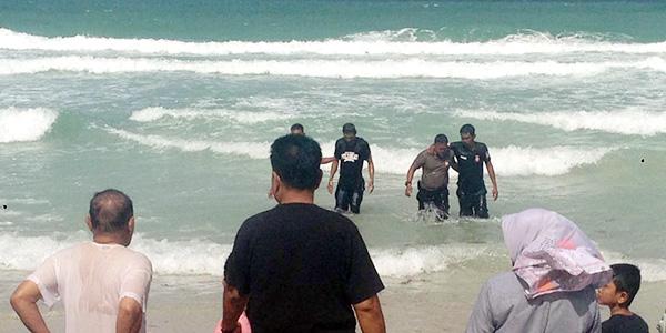 Asik Berenang, Satria Terseret Ombak, dan Nyaris Tenggelam