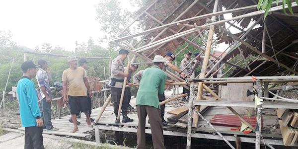 Puting Beliung Hantam Belasan Rumah di Moro, Polisi Langsung Turun 1