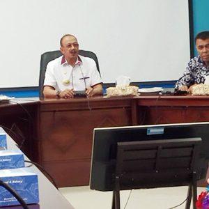 Didampingi Sekda Natuna Wan Siswandi, Bupati Natuna, Hamid Rizal, dan Ketua DPRD Natuna Andes Putra, rapat bersama terkait dampak sosial observasi WNI dari Wuhan di Kabupaten Natuna