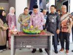 Wakil Bupati Meranti, H Said Hasyim, memotong tumpeng diacara peresmian kantor baru Badan Pengelola Pajak dan Restribusi Daerah (BPPRD) Meranti