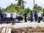 Bupati Kepulauan Meranti, H Irwan, didampingi Wakil Bupati, H Said Hasyim, meninjau rumah warga sasaran bantuan rumah layak huni di Desa Banglas