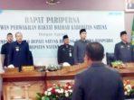 Bupati Natuna, Hamid Rizal, Ketua DPRD Natuna, Andes Putra, Wakil Ketua II Jarmin Sidik SE dan anggota DPRD Natuna menyanyikan lagu Indonesia Raya