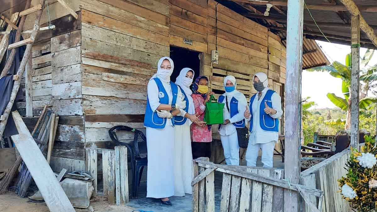 Ketua IWAPI Kepri, Yulharmidarti SH, bersama Pengurus IWAPI Kepri menyerahkan bantuan kepada warga terdampak Virus Corona (COVID-19).