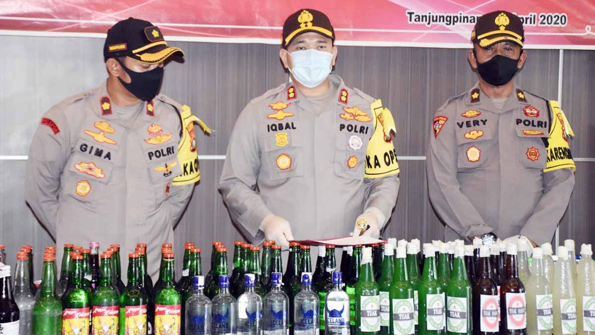 346 Botol Miras dan 9 Galon Tuak Oplos Dimusnahkan 9