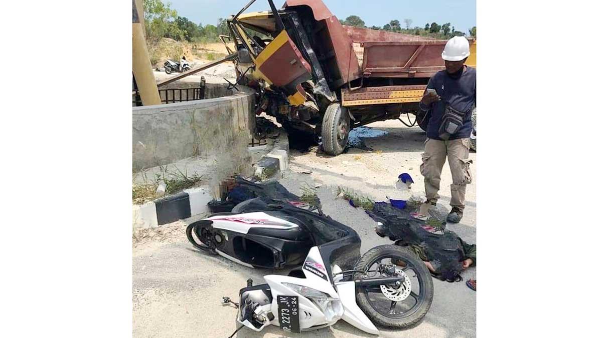 Honda Beat vs Dump Truck, Dua Wanita Terkapar 1