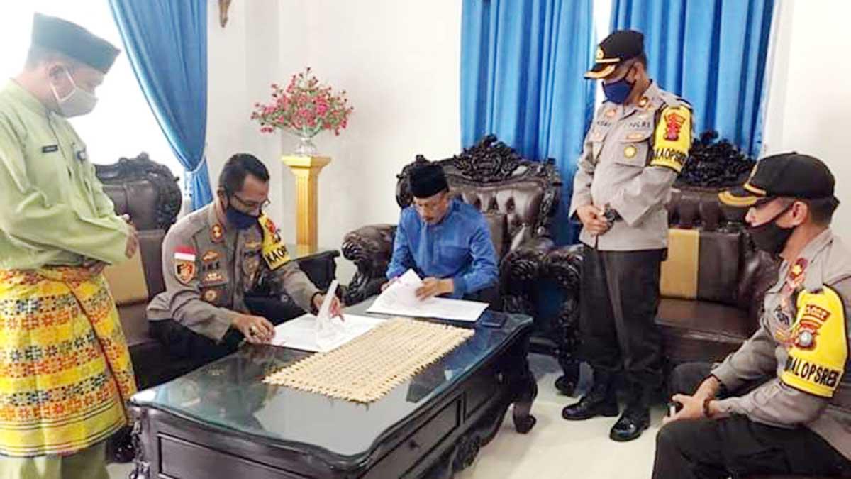 Bupati Natuna, Abdul Hamid Rizal, bersama Kapolres Natuna, AKBP Ike Krisnadian, menandatangani Naskah Perjanjian Hibah Daerah (NPHD)
