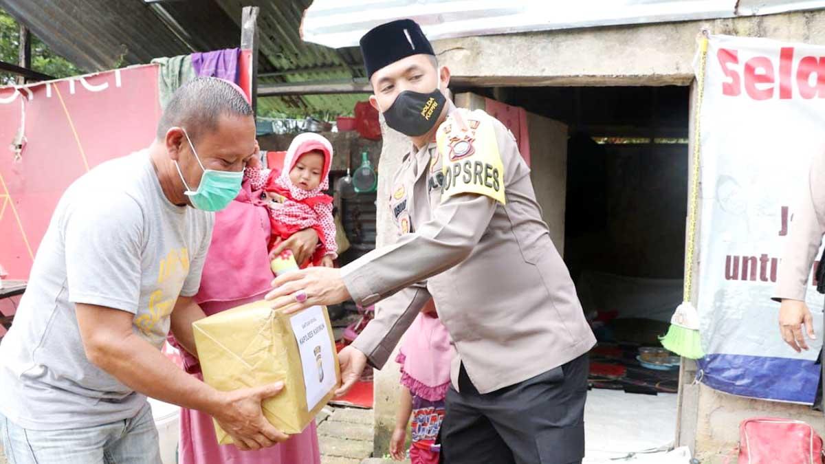 Door To Door, Kapolres Karimun Bagikan Sembako dan Masker ke Warga 1