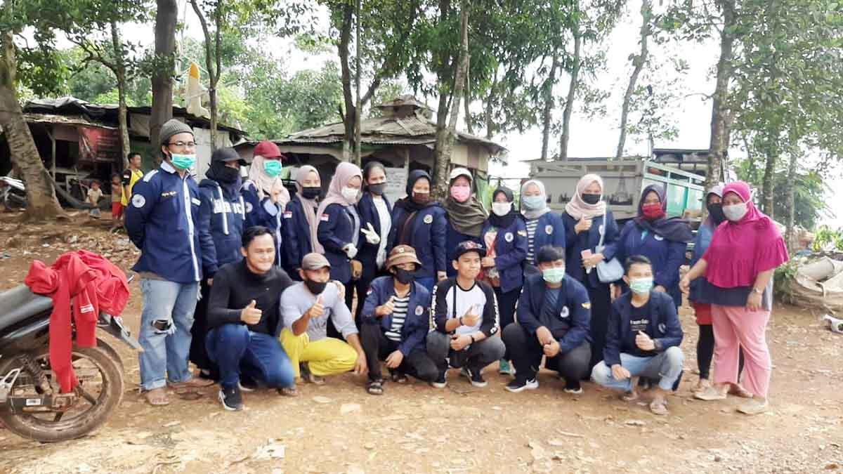 Para Mahasiswa Fakultas Ekonomi, UNRIKA Batam, menggelar kegiatan berbagi bersama Kaum Duafa, di Tempat Pembuangan Akhir (TPA) Punggur, Batam