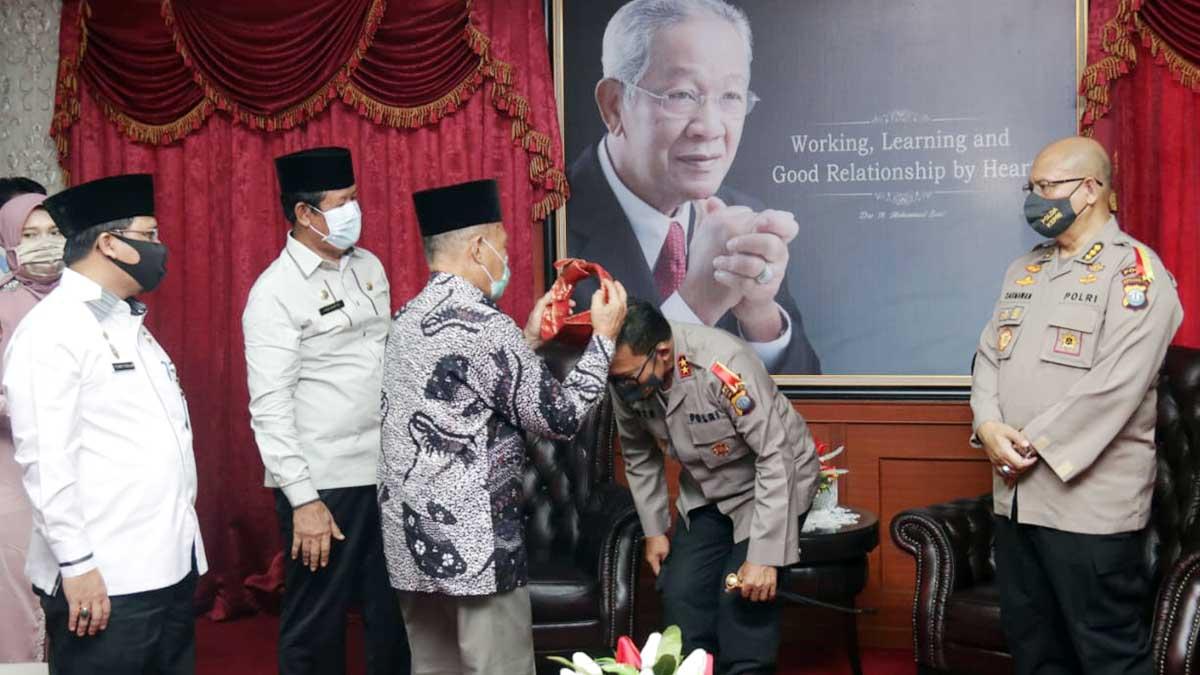 Silaturahmi ke Kantor Gubernur Kepri, Kapolda Dipasangkan Tanjak Melayu 1