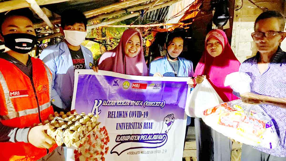 Mahasiswa Kukerta Relawan COVID-19 UNRI dan ACT Pelalawan Bagikan Takjil dan Paket Sembako 1
