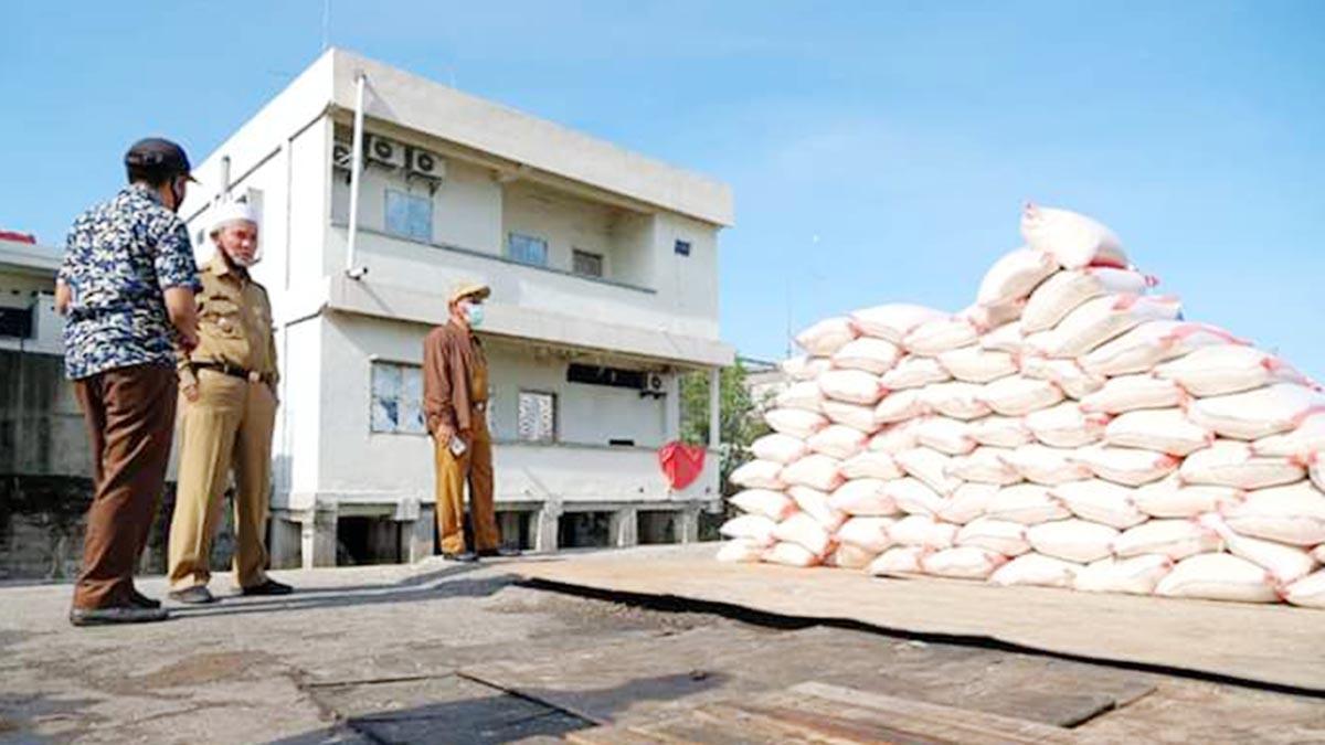 Wakil Bupati Kepulauan Meranti, H Said Hasyim, meninjau aktivitas bongkar muat Sembako untuk Bantuan Sosial Covid-19 di Pelabuhan Camat Selatpanjang