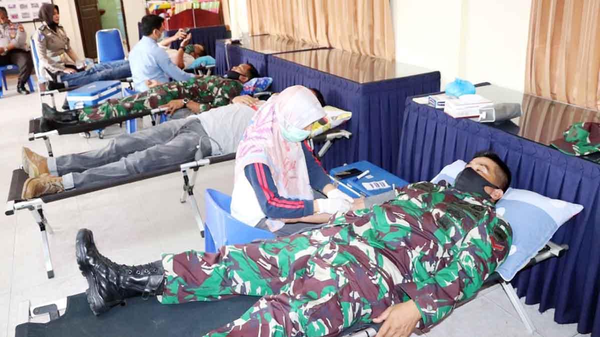 Personil Kodim 0317 TBK dan Lanal Karimun ikut mendonorkan darah dalam rangka HUT Bhayangkara ke 74