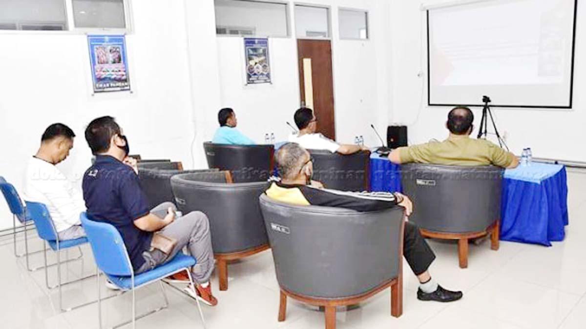 Sekda Natuna, Wan Siswandi, didampingi beberapa Pimpinan OPD terkait, mengikuti Vidio Conference Rapat Pembahasan Persiapan Pilkada bersama KPU dan Bawaslu