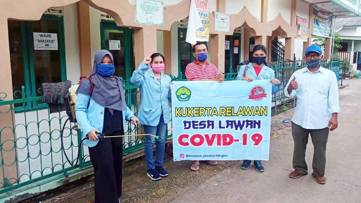 Tiga mahasiswi Universitas Riau bersama Tim Satgas Covid 19 dan masyarakat, melakukan penyemprotan cairan desinfektan