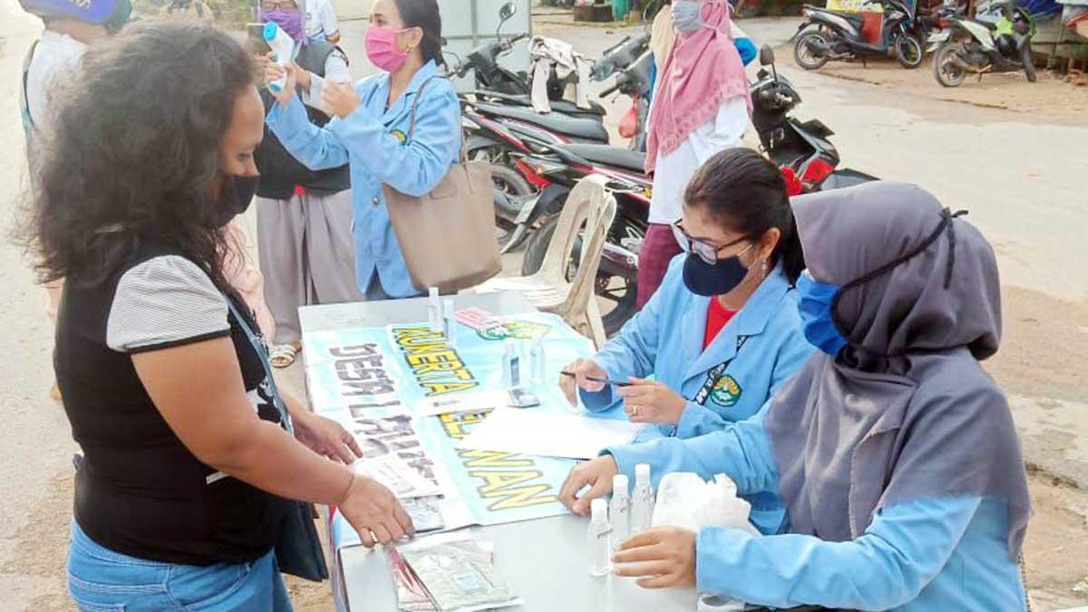 Tiga mahasiswi Universitas Riau melakukan pencatatan buku kunjungan warga di RW 13 Taman Lestari, Kelurahan Kibing