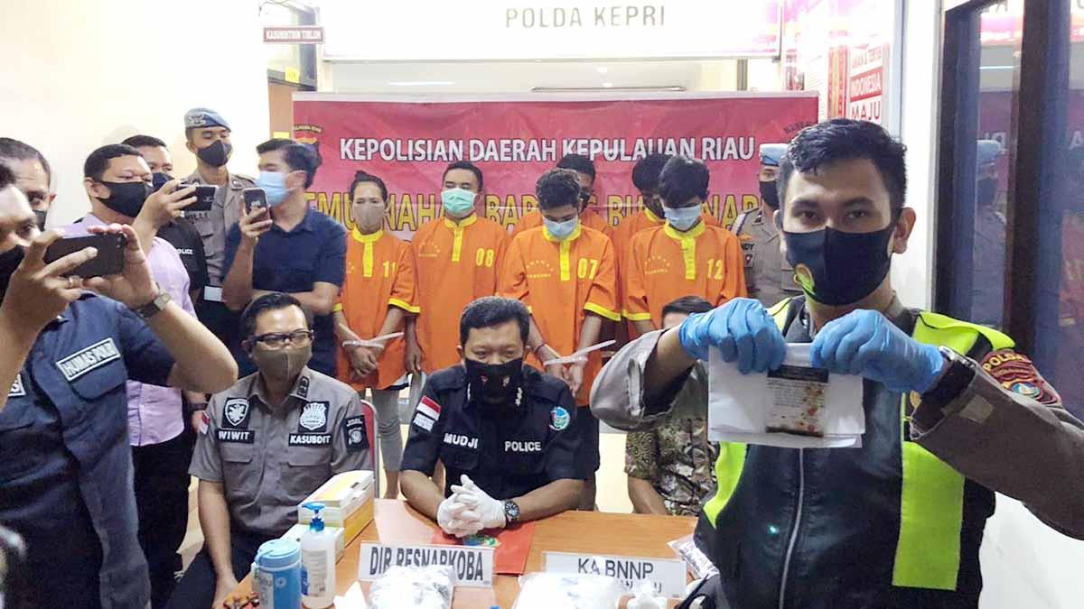 Polda Kepulauan Riau Tangkap 6 Pelaku dan Musnahkan 2,15 Kilo Narkotika Jenis Sabu 1
