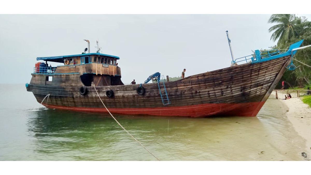 Bocor, Kapal Miftha Rezky Merapat di Pantai Berakit 6