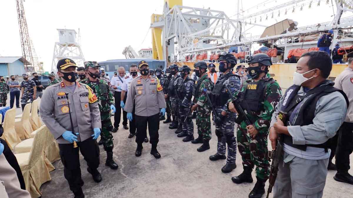 Kapolda Kepri, Aris Budiman, Danlantamal IV Tanjungpinang, Indarto Budiarto, bersama jajaran melihat kondisi kapal KIA Lu Huang Yuan Yu 118