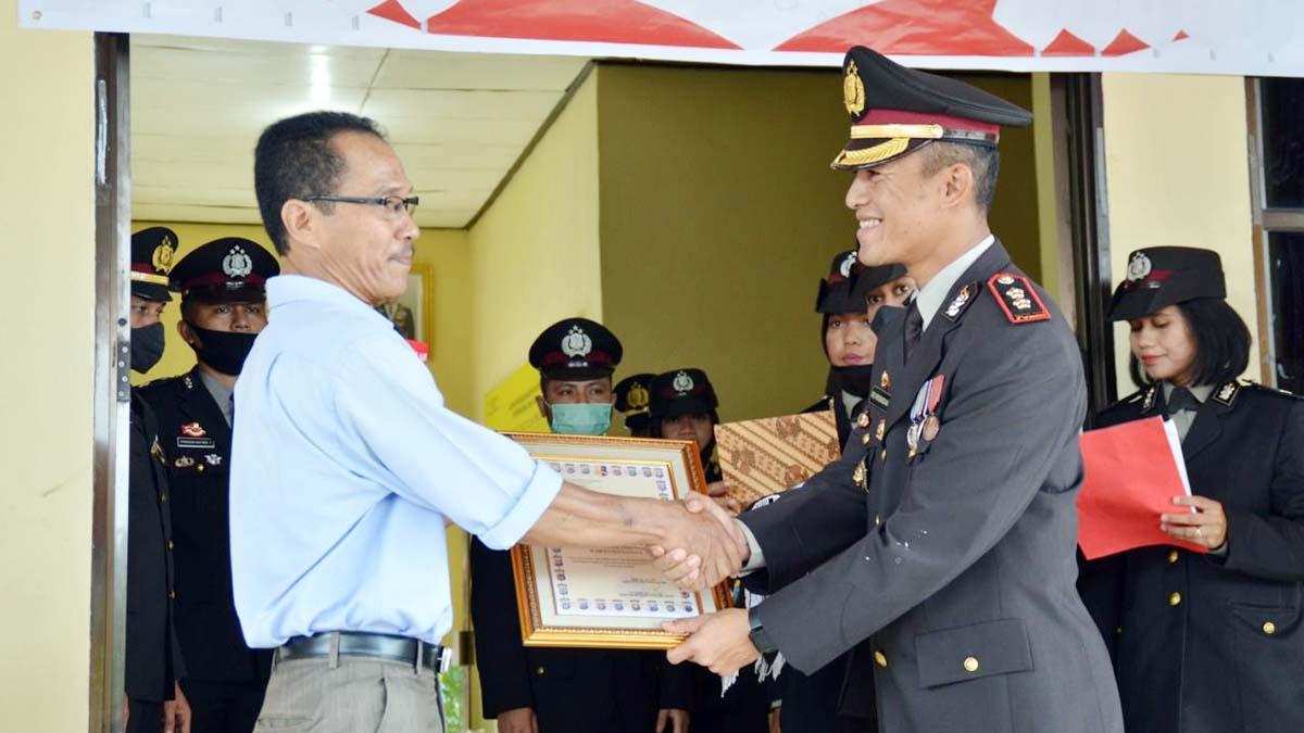 Kapolres Natuna, AKBP Ike Krisnadian, memberikan penghargaan kepada perwakilan wadah jurnalis di Kabupaten Natuna