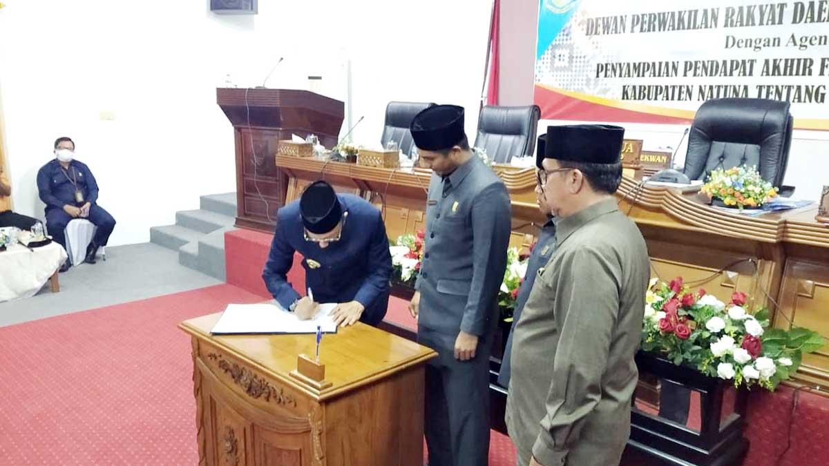 Penandatanganan Nota Persetujuan Bersama tentang Laporan Pertanggungjawaban Pelaksanaan APBD Tahun 2019 oleh Bupati Natuna H Abdul Hamid Rizal
