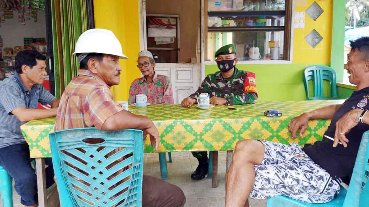 Babinsa Desa Ceruk Lakukan Komsos Dengan Tokoh Desa Ceruk 1