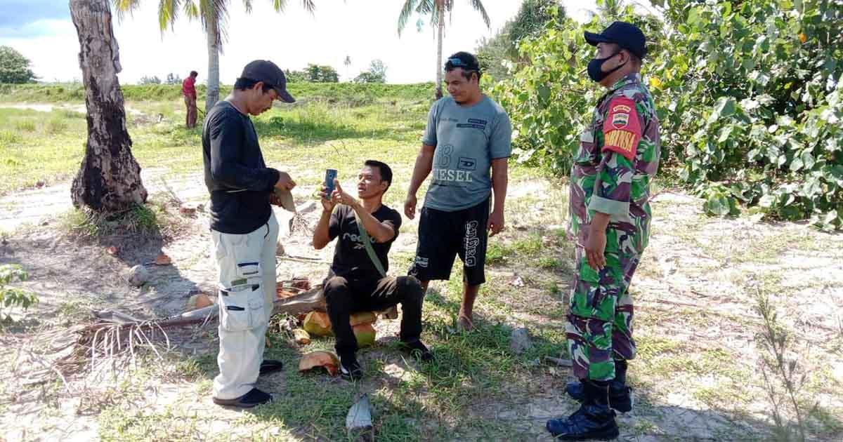 Babinsa Desa Kelanga Komsos bersama Pengunjung Pantai Sujung 4