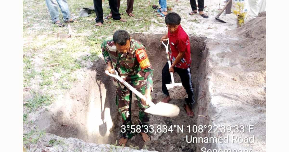 Hadiri Pemakaman, Babinsa Desa Sepempang Ikut Gali Kuburan Bersama Warga 1