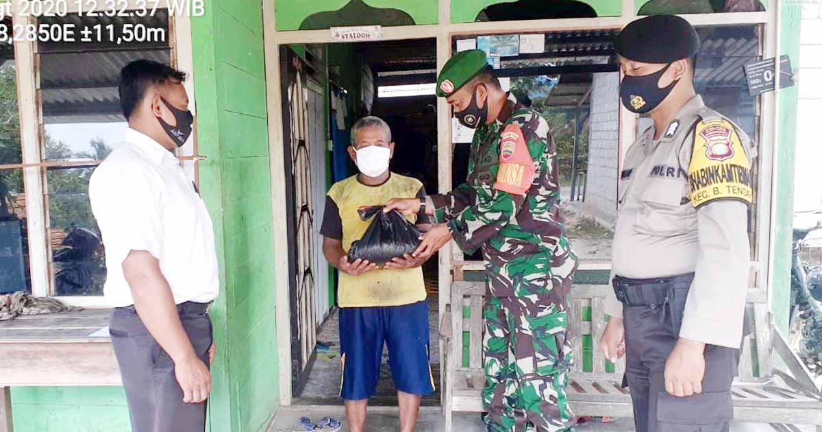 Babinsa dan Babinkamtibmas Desa Tapau Bantu Warga Kurang Mampu 1